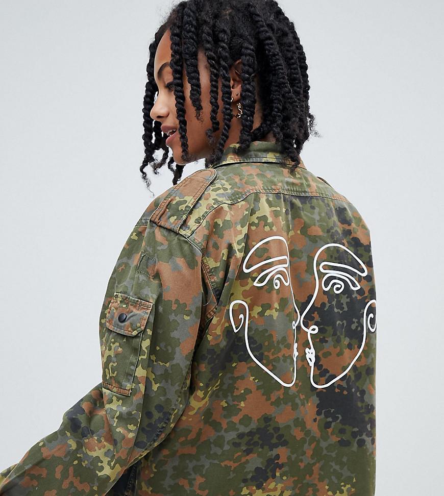 Оливковая куртка в стиле милитари с камуфляжным принтом от Reclaimed Vintage