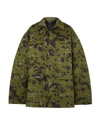 Оливковая куртка в стиле милитари с камуфляжным принтом от We11done