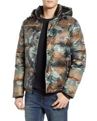 Оливковая куртка-пуховик с камуфляжным принтом