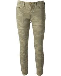 Оливковые джинсы с камуфляжным принтом