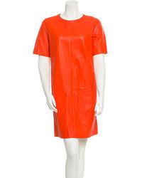 Оранжевое кожаное платье прямого кроя