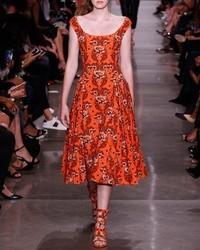 Оранжевое платье-миди с цветочным принтом