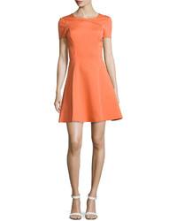 Оранжевое платье с пышной юбкой