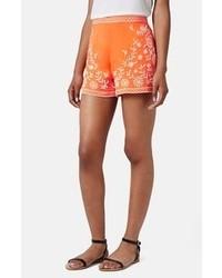 Оранжевые шорты с принтом