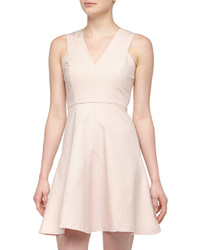 Топсайдеры и платье с плиссированной юбкой — идеальный вариант для похода в кино или по магазинам.