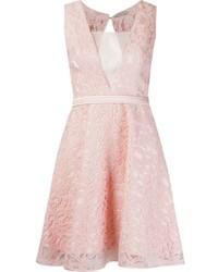 Розовое кружевное платье с пышной юбкой