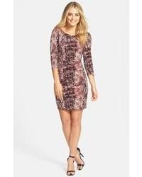 Розовое облегающее платье со змеиным рисунком