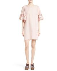 Розовое платье прямого кроя с рюшами