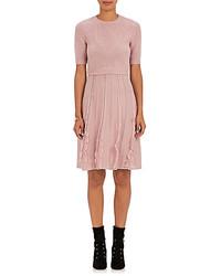 Розовое платье-свитер с рюшами