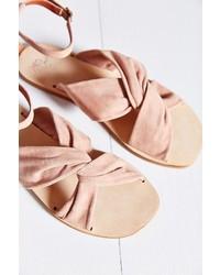 Розовые замшевые сандалии на плоской подошве