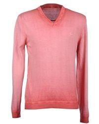 Розовый свитер с v-образным вырезом