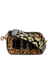 Светло-коричневая замшевая сумка через плечо с леопардовым принтом от Marc Jacobs