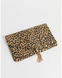 Светло-коричневый замшевый клатч с леопардовым принтом от ASOS DESIGN