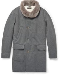 Серое пальто с меховым воротником