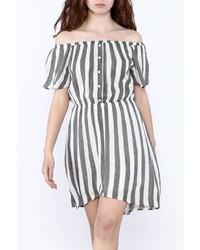 Серое платье с открытыми плечами в вертикальную полоску