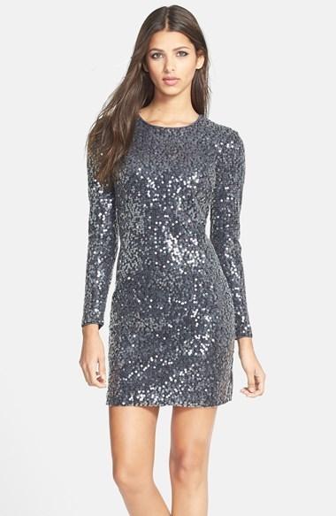 Платье из паеток серое