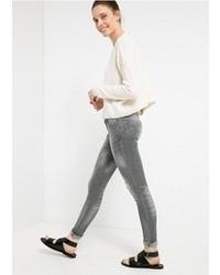 Серые рваные джинсы