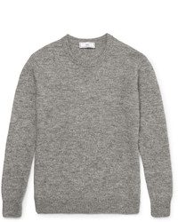 Серый вязаный свитер с круглым вырезом