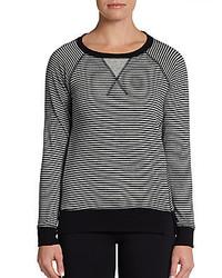 Женский серый свитер с круглым вырезом в горизонтальную полоску