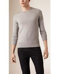 Серый свитер с круглым вырезом в клетку
