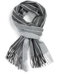 Серый шарф в вертикальную полоску