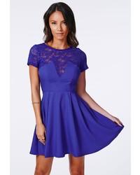 Синее кружевное платье с плиссированной юбкой