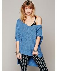 Синий вязаный свободный свитер