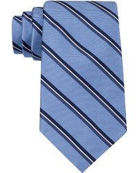 Синий галстук в вертикальную полоску