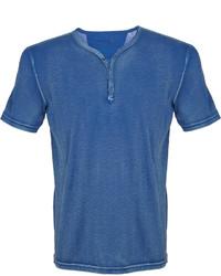 Синяя футболка на пуговицах