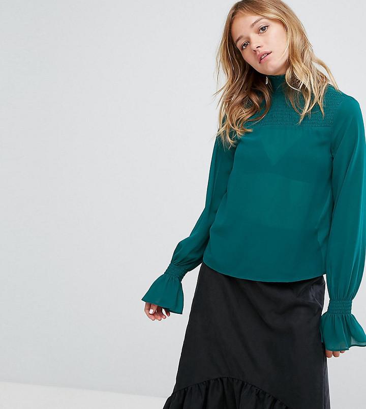 b1a48b02894 ... Темно-зеленая блузка с длинным рукавом с рюшами от Monki ...