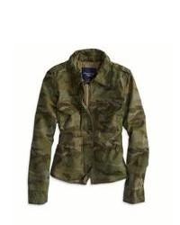 Темно-зеленая куртка в стиле милитари с камуфляжным принтом