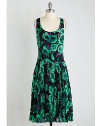 Темно-зеленое платье-миди с цветочным принтом