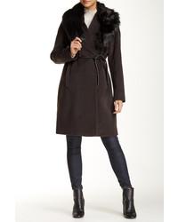 Темно-коричневое пальто с меховым воротником