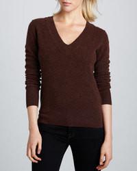 Темно-коричневый свитер с v-образным вырезом