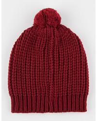 Темно-красная шапка