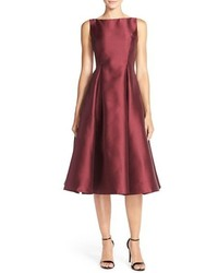 Темно-красное платье с пышной юбкой