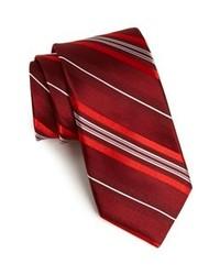 Темно-красный галстук в вертикальную полоску