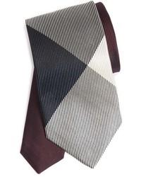 Темно-красный галстук в клетку
