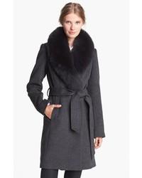 Темно-серое пальто с меховым воротником