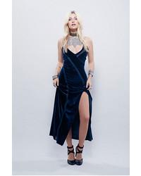 Темно-синее бархатное платье-макси с разрезом