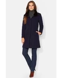 Темно-синее пальто с меховым воротником