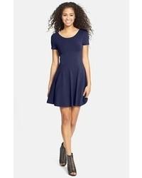 Темно-синее платье с плиссированной юбкой
