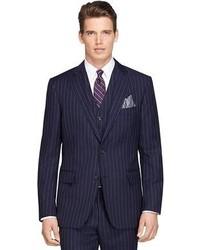 Темно-синий костюм в вертикальную полоску