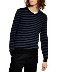 Темно-синий свитер с v-образным вырезом в горизонтальную полоску