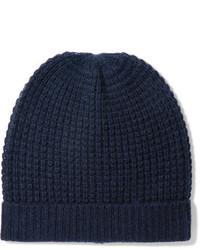 С чем носить синюю вязаную шапку