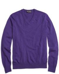 Фиолетовый свитер с v-образным вырезом