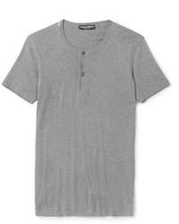 """Сочетание светло-коричневых замшевых дезертов и футболки на пуговицах позволит создать ощущение """"элегантной свободы""""."""