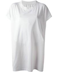 Топсайдеры и футболка с круглым вырезом — хорошая формула для создания модного и удобного образа.