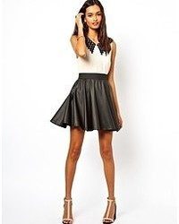 Черная кожаная короткая юбка-солнце