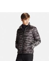 Черная куртка-пуховик с камуфляжным принтом